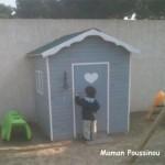Leur aire de jeux dans le jardin : cabane en bois, balançoire et toboggan
