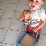 Mon fils joue à la poupée – Cadeau dedans